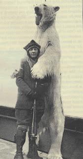 Miss Boyd tok tusenvis av bilde, både farge og svart-kvitt, stills og kino på sine ekspedisjonar med «Veslekari». Her poserer ho framfor ein «opphengd» isbjørn - som ho kanskje har skote sjølv?